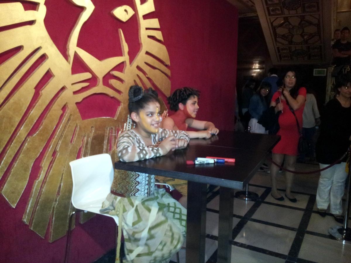Protagonistas infantiles del Rey León firmando autógrafos